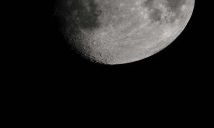 Mala količina vode pomjera se duž površine Mjeseca